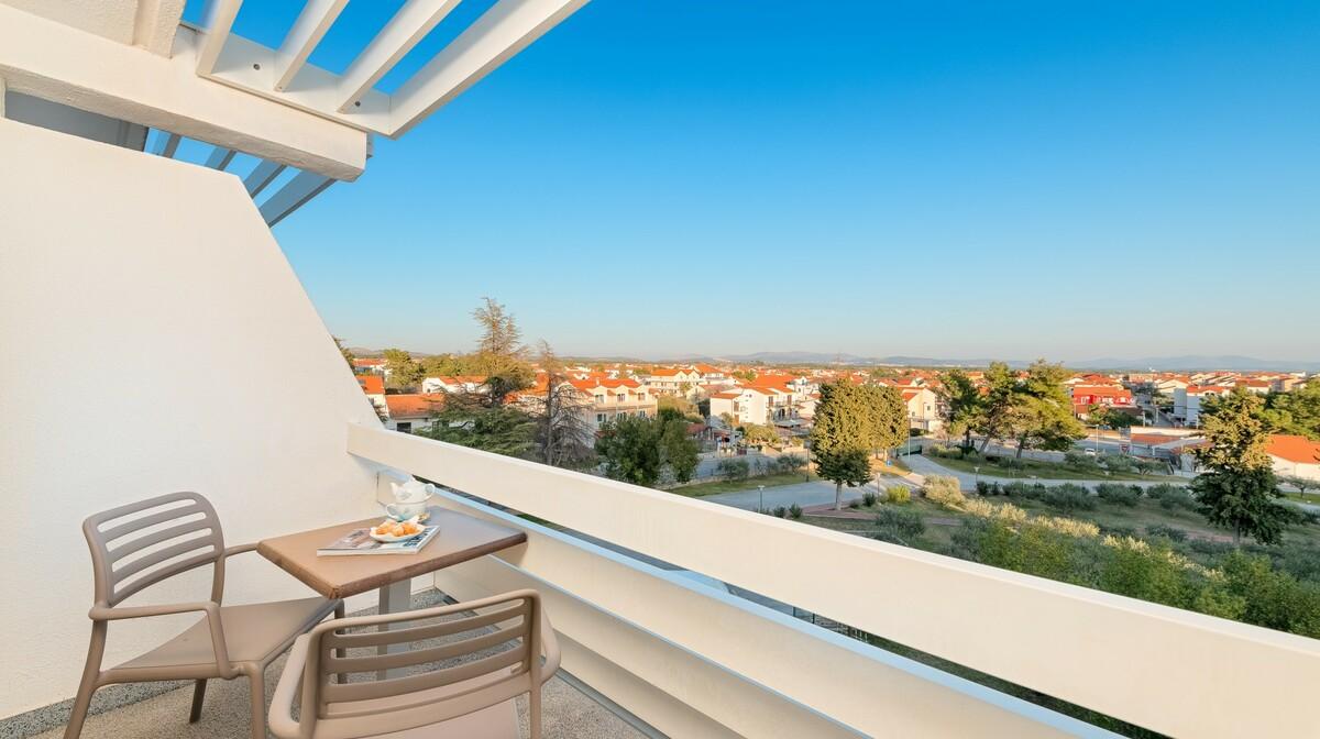 Vodice, Hotel Olympia, dvokrevetna soba park strana balkon