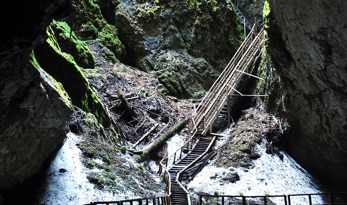 Gorski kotar, Skrad, Zeleni Vir, pogled na špiljski ulaz, stara hidroelektrana, grupni polasci