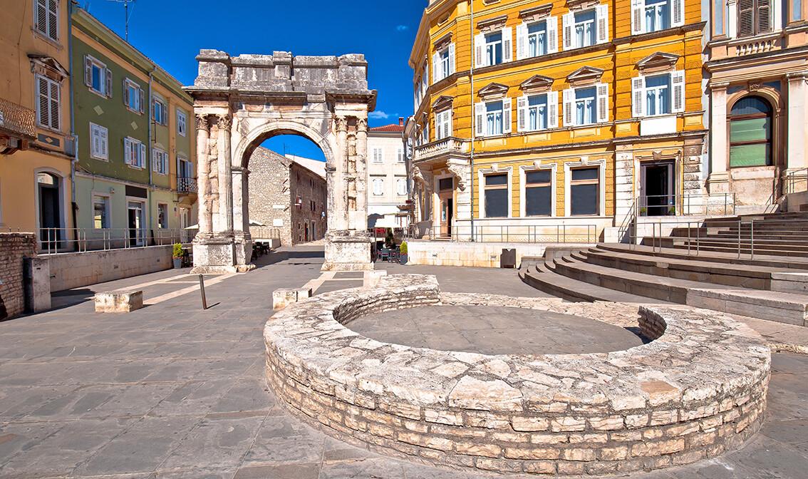 Hrvatska, Istra, Pula, ostaci Rimskih zlatnih vrata, putovanje u Istru autobusom, grupni polasci