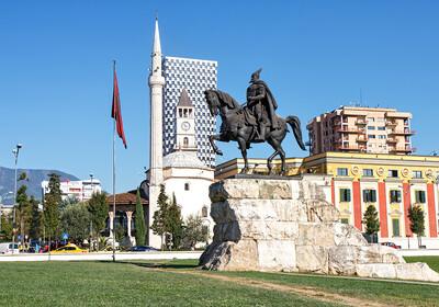 Tirana, spomenik Skanderbegu, putovanje Albanija, autobusno putovanje