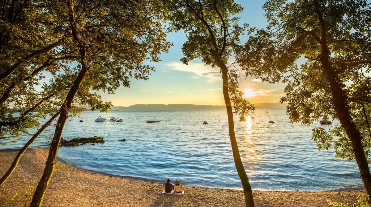 Zalazak sunca na plaži u Njivicama, mondo travel