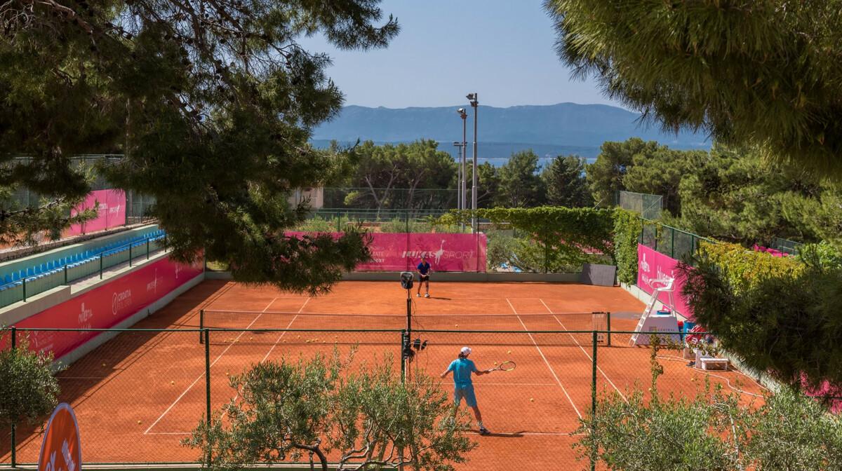 Otok Brač, Bol, teniski tereni