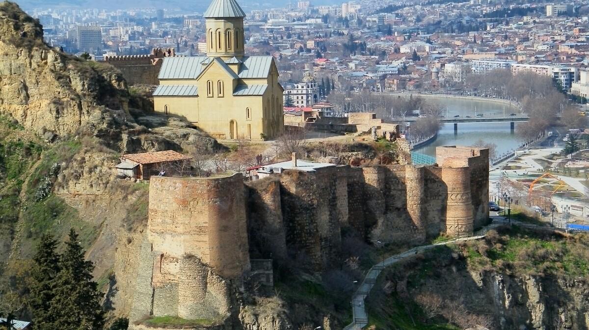 Gruzija, Tibilisi, daleko putovanje u Gruziju, pogled na Narikala tvrđavu na Svetoj gori Mtsatminda,