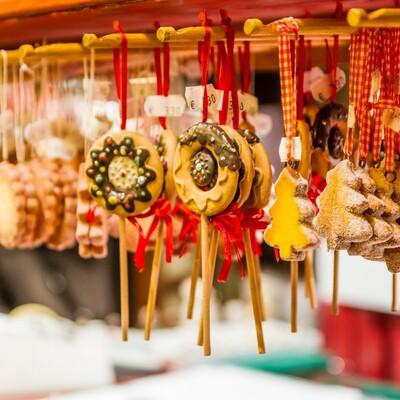 tradicionalni blagdanski ukrasi zvjezdice i medenjaci, Mondo travel, garantirani polasci