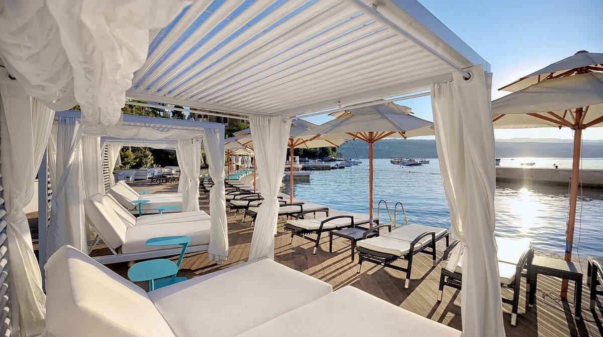 Hrvatska, Grand Hotel 4 opatijska cvijeta, ležaljke uz more i zalazak sunca