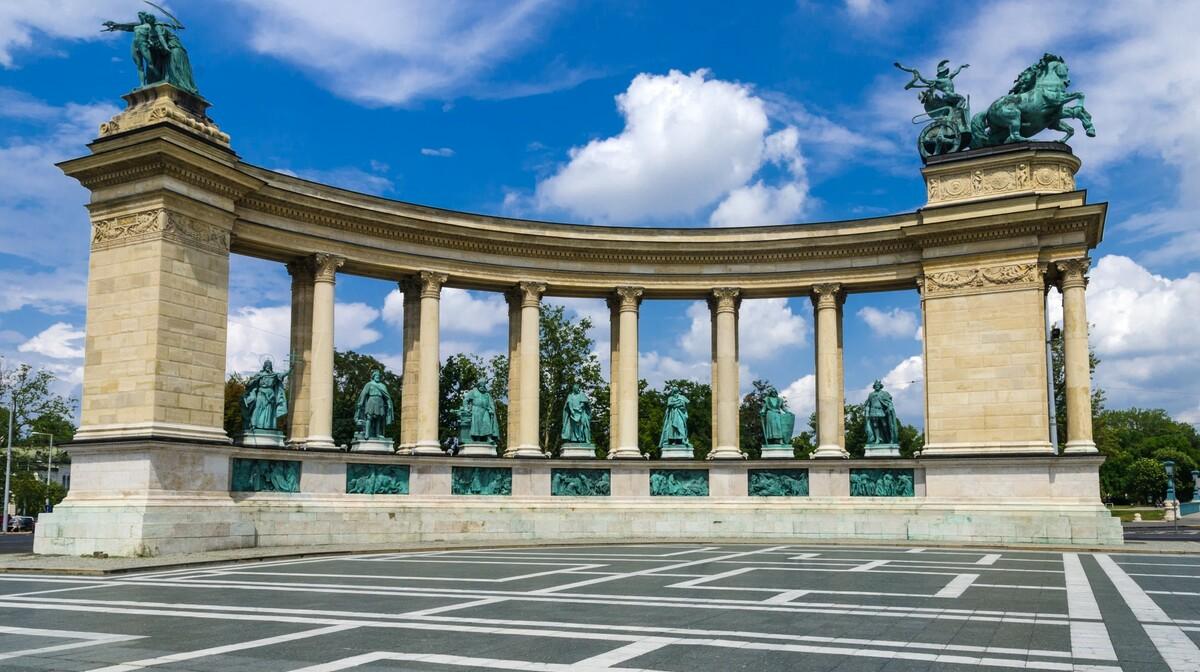Trg Heroja na putovanju u Budimpeštu autobusom