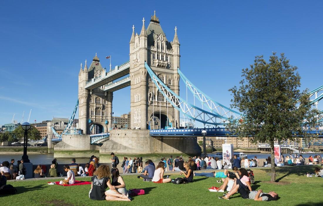 Ljeto u Londonu, opuštena atmosfera uz rijeku Themsu i Tower bridge