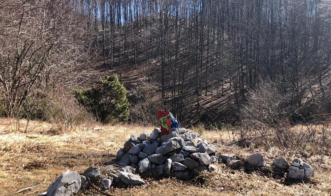 Šarena oznaka na kamenu, Land Art staza, Učka, autobususna putovanja, jednodnevni izlet