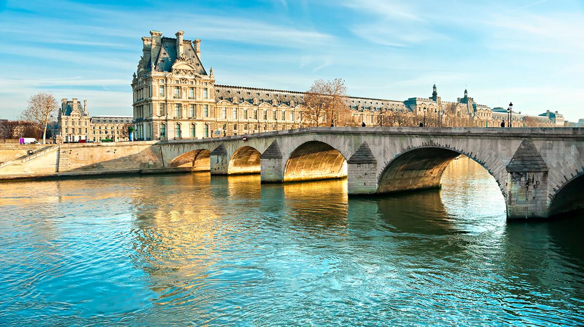 Krstarenje Seinom sa pogledom na muzej Louvre, Pariz putovanje