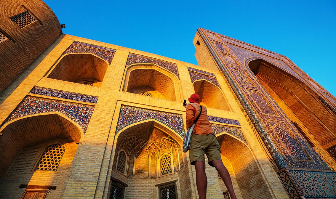 Uzbekistan turist u blizini drevne povijesne zgrade