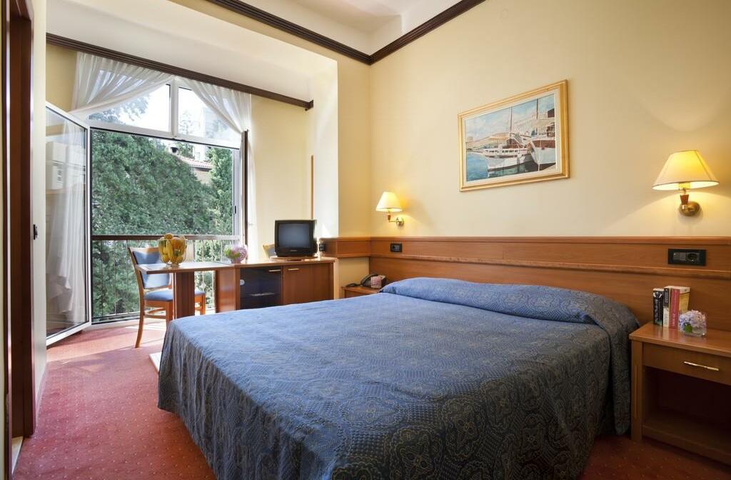 Dvokrevetna soba hotela Kristal u Opatiji.