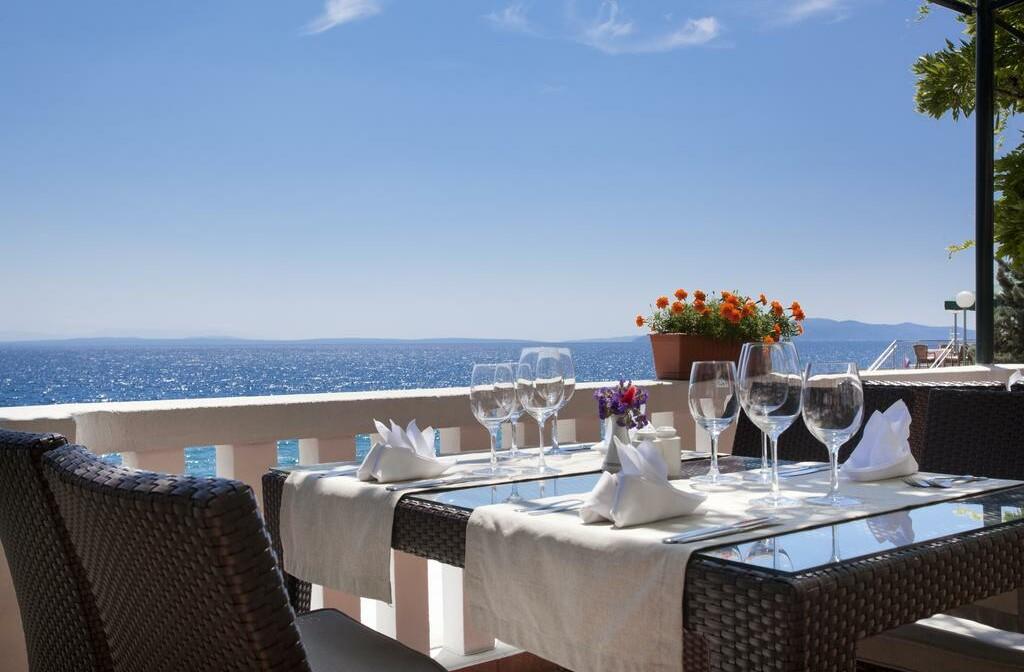 Terasa restorana s pogledom na more u hotelu Kristal, Opatija.