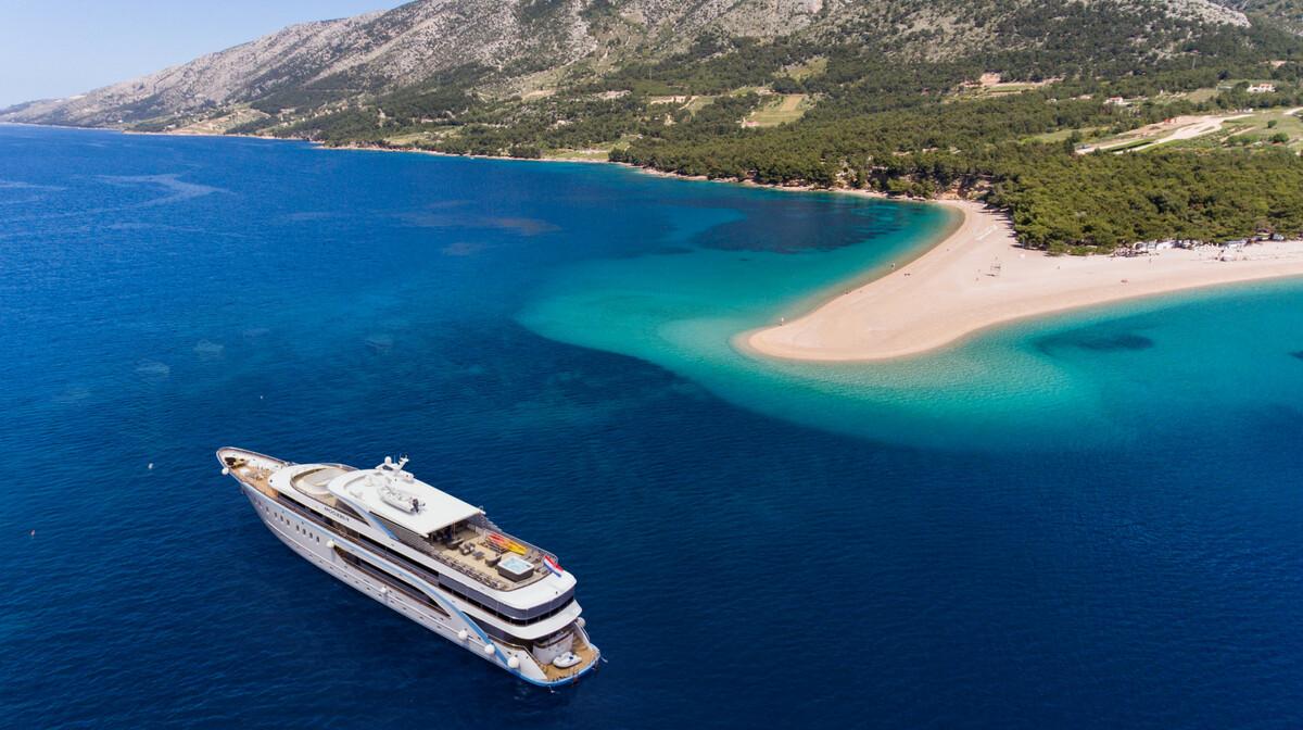 Krstarenje Jadranom, brod Freedom na Bolu na Braču, mondo travel