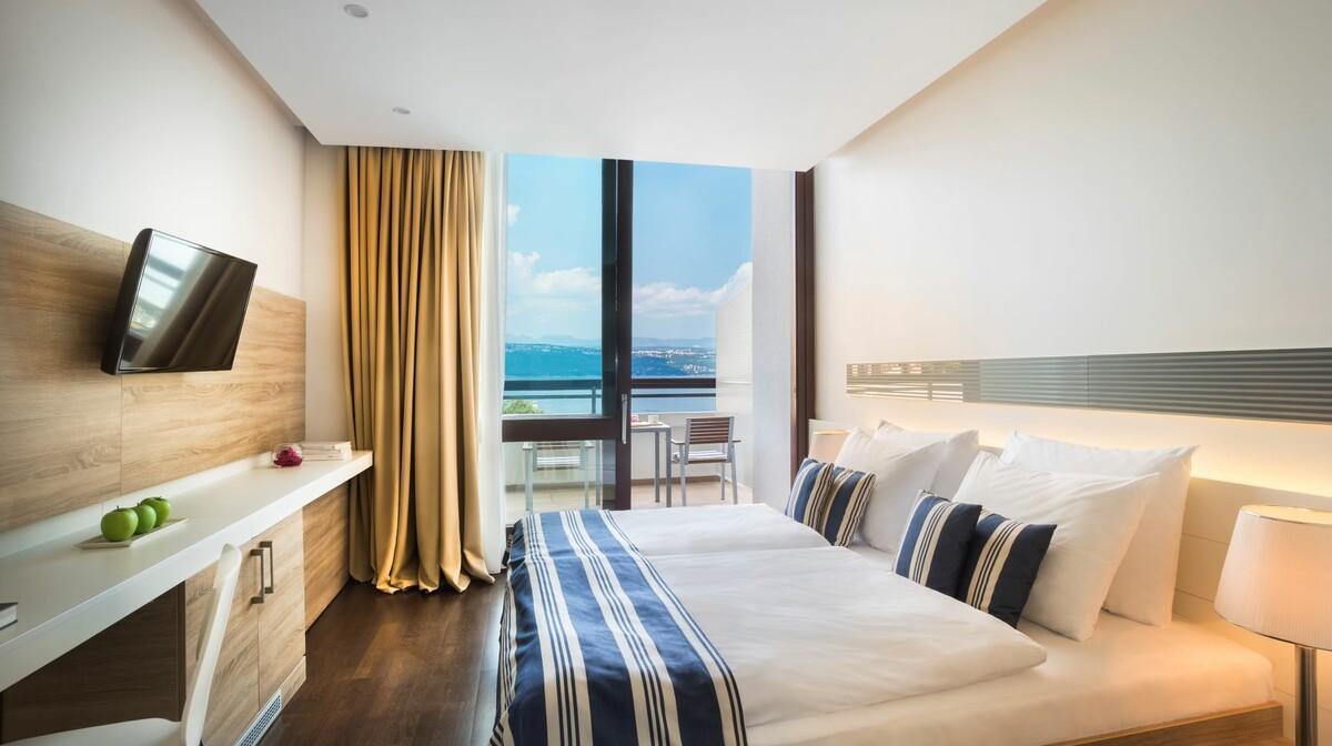 Dvokrevetna soba s pogledom na more i balkonom u hotelu Admiral, Opatija