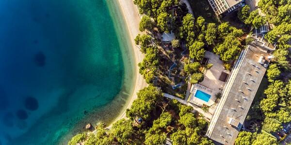 Pogled na hotel Maestra i pješćanu plažu u Brelima, modno travel