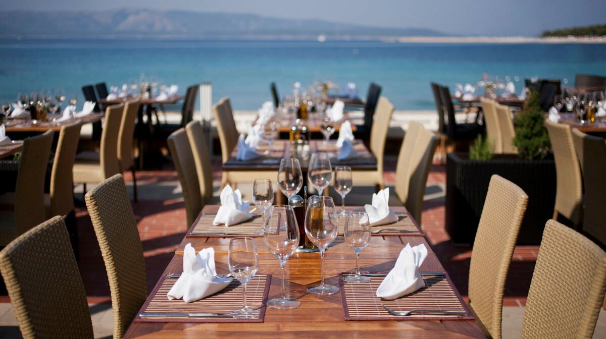 Otok Brač, Bol, Bluesun hotel Borak, restoran uz more