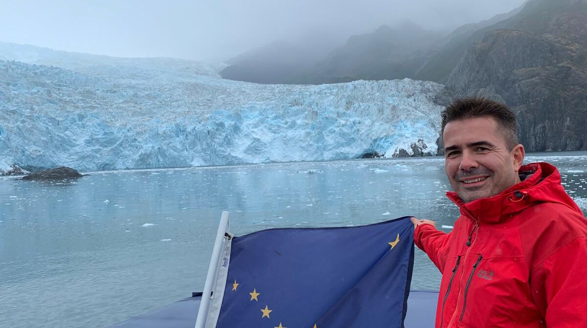 Glečer i zastava Aljaske na putovanju. Pogled sa broda