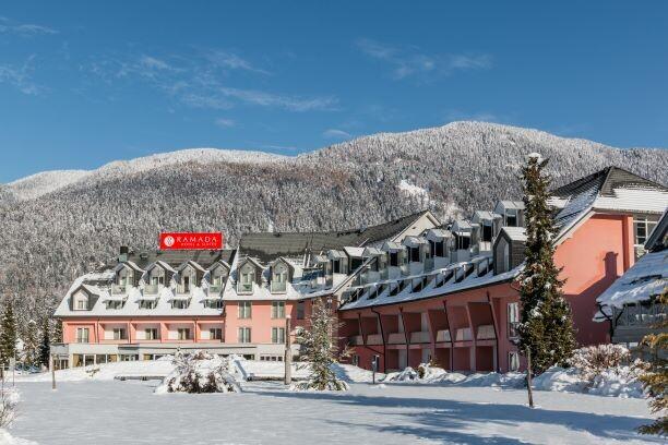 Slovenija, Skijanje u Sloveniji, Kranjska Gora, Ramada Hotel, pogled na hotel i planine u snijegu