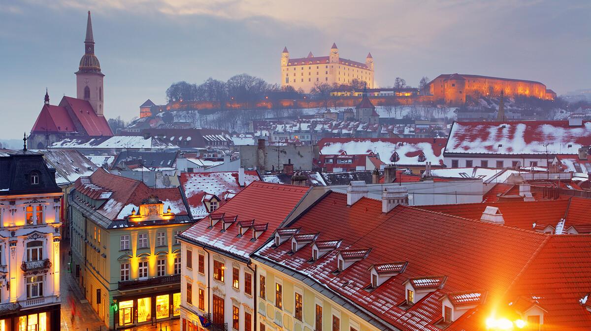 Zima u Bratislavi, pogled na Hrad, putovanje u Bratilaslavu, Mondo travel