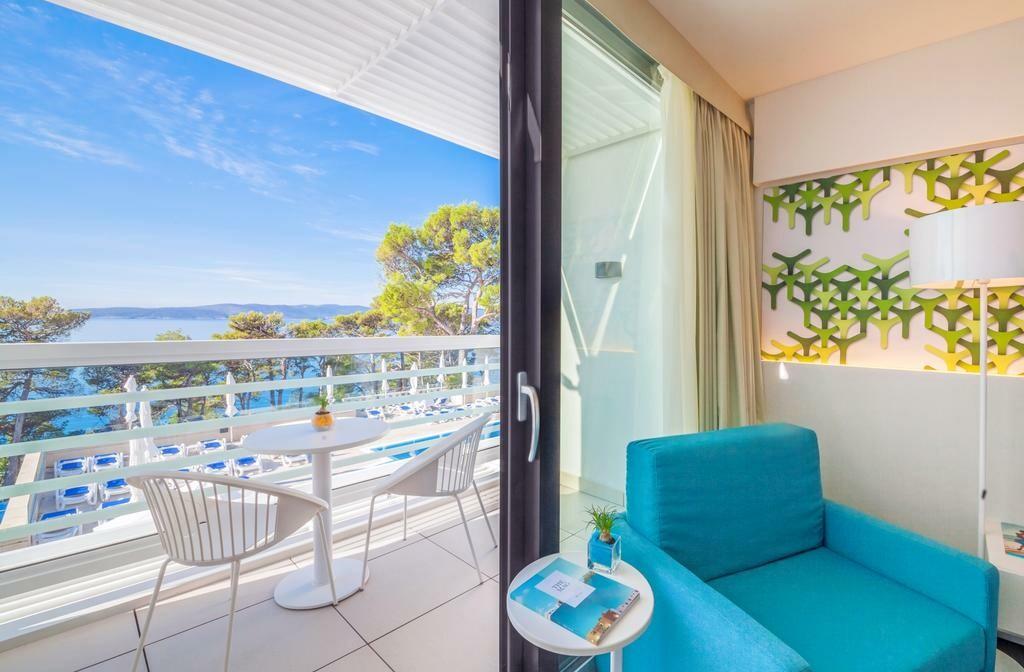 Dvokrevetna soba s pogledom na more i balkonom u hotelu Berlulia beach, modno travel