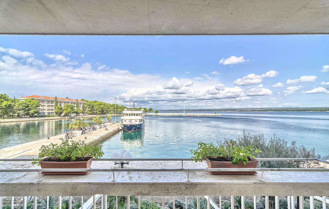 Balkon sobe hotela Istra s pogledom na uvalu otoka Brijuna.