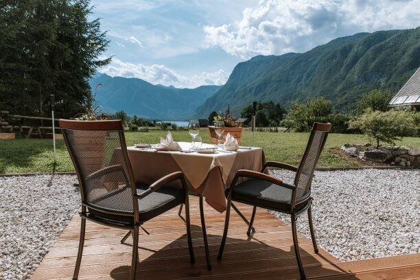 Skijanje i wellness u Sloveniji Apartmani Triglav doručak na otvorenom sa pogledom u planine
