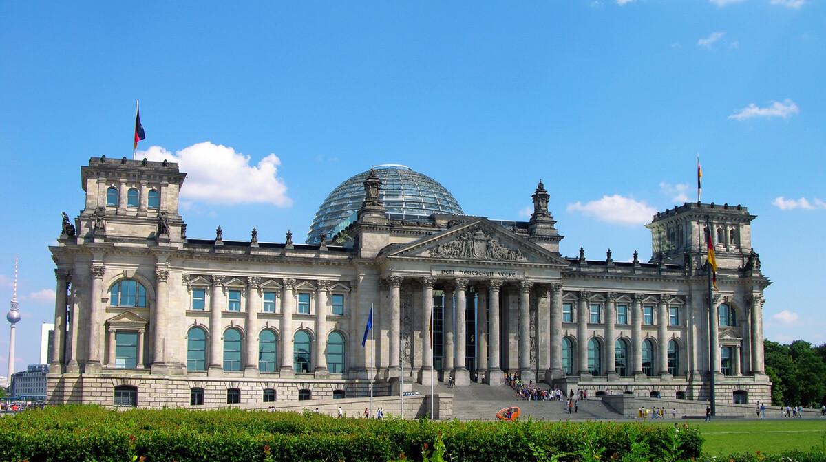 Berlin, Reichstag, u kojoj je sjedište jednog od dvaju domova njemačkog parlamenta - Bundestaga.