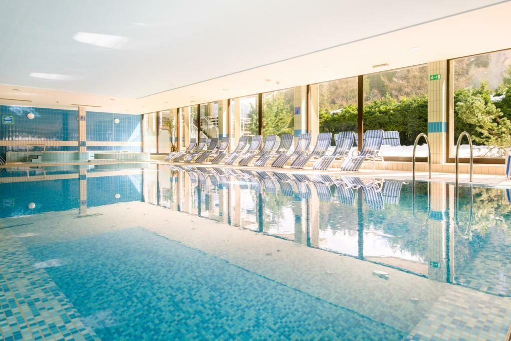 Slovenija, wellness, Best Western hotel Kranjska Gora, unutarnji bazen sa ležaljkama