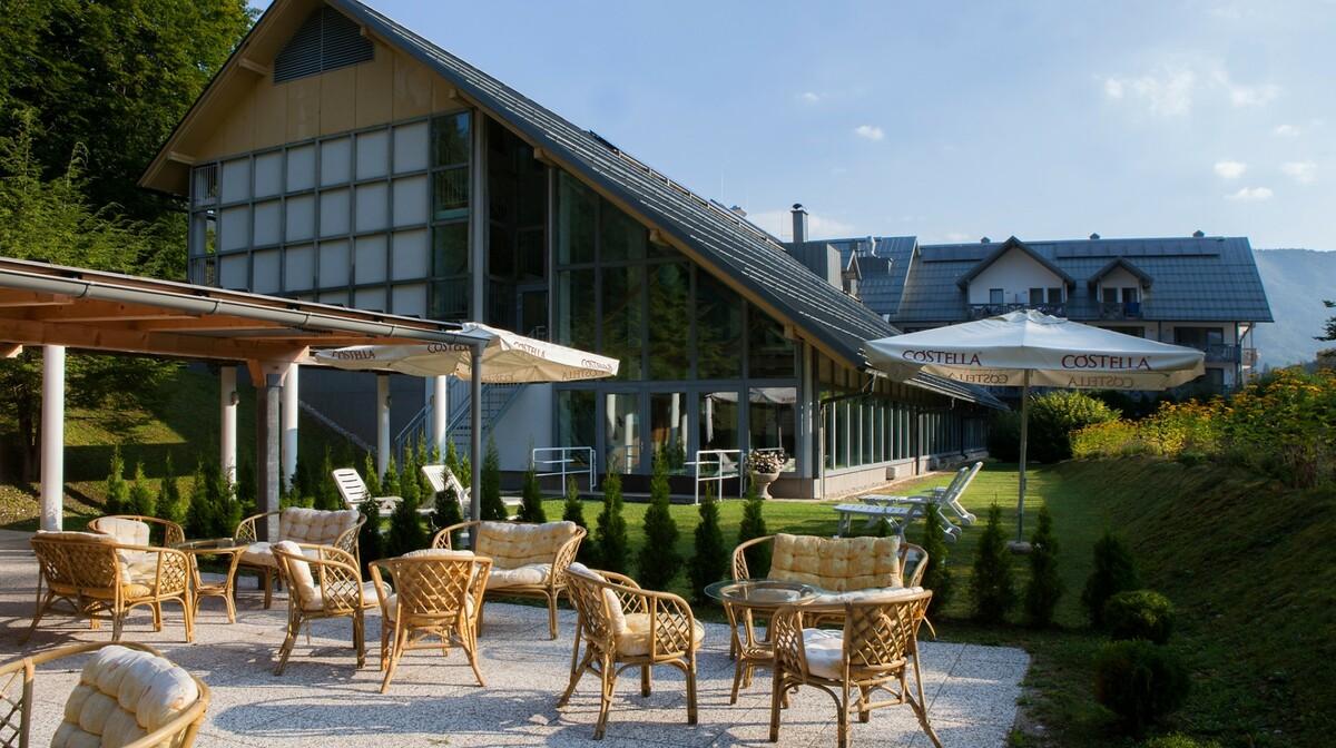 Skijanje i wellness u Sloveniji, Bohinj Hotel Jezero, vanjska terasa hotela