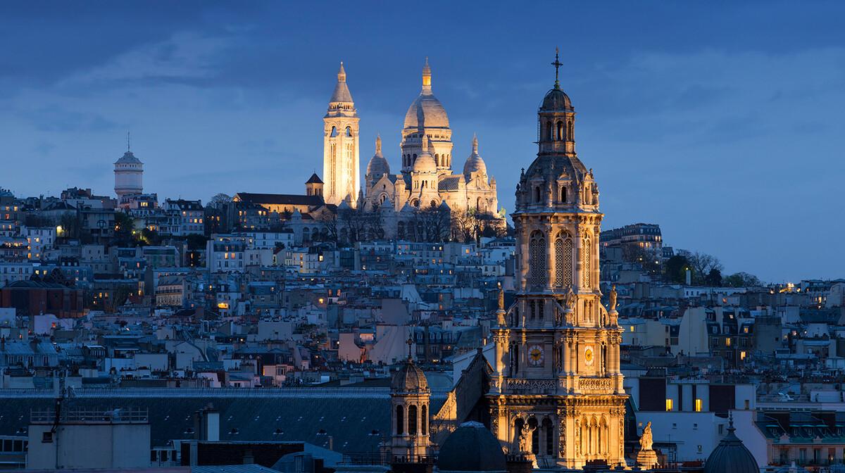 Noćna panorama Bazilike srca Isusovog na Montmartru, Pariz autobusom