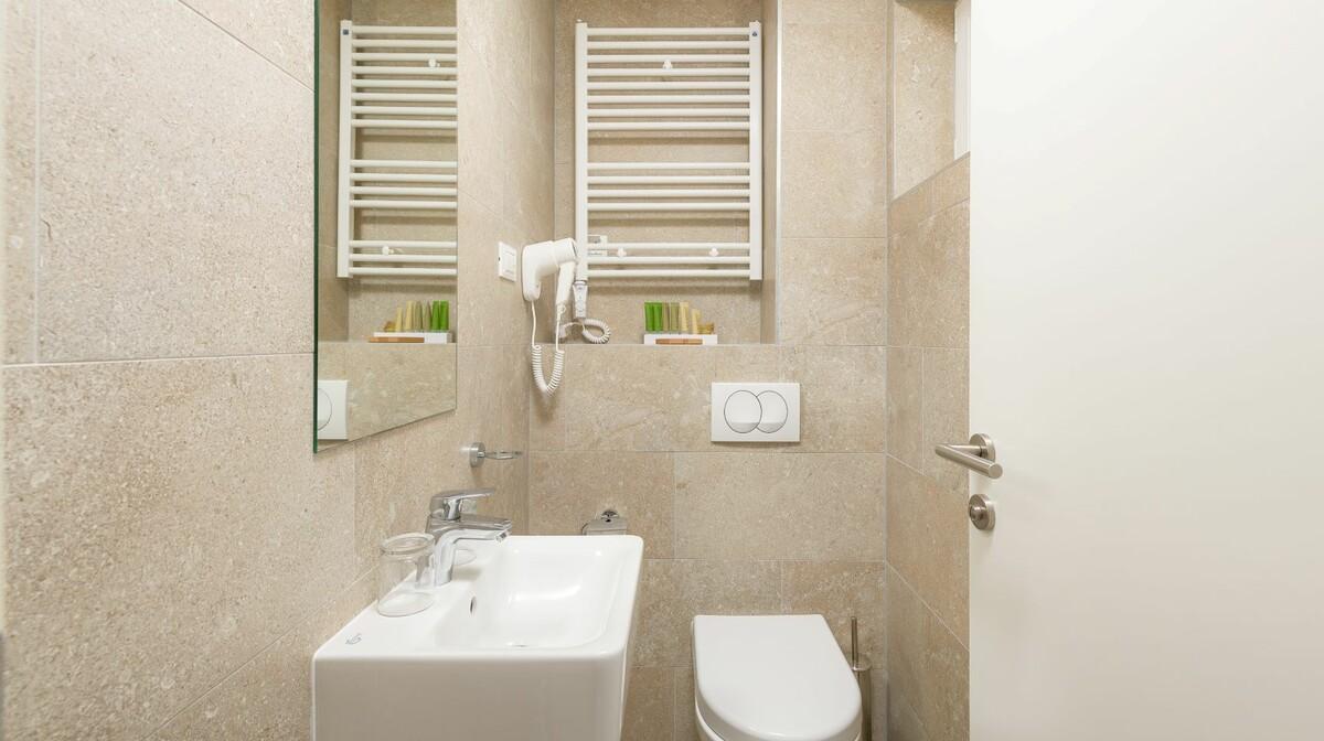 Medora Auri superior family room - toilet