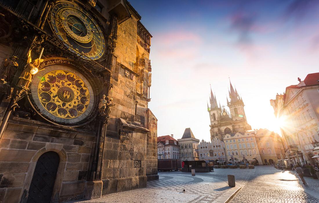 Prag, Astronomski sat Orloj-ura s posebnim mehanizmom i brojčanikom