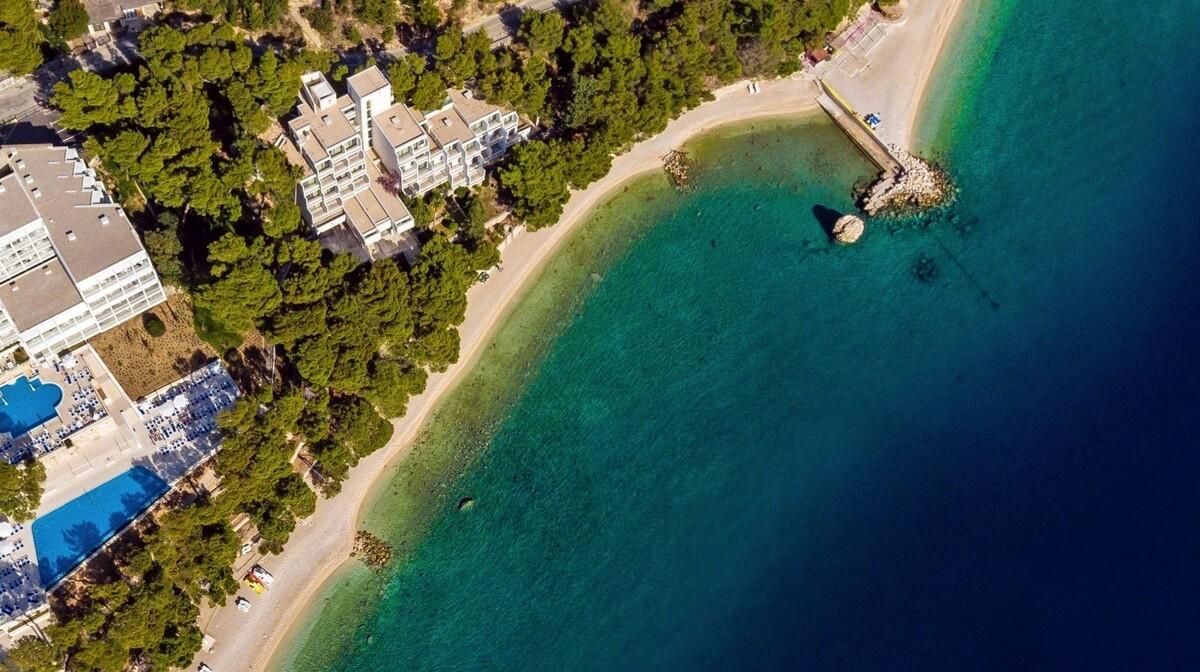 Pogled na hotel i plažu luksuznog hoteal Bluesun Berulia beach, mondo travel