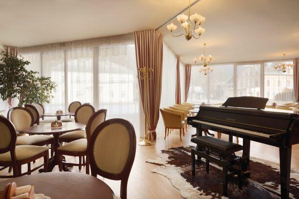 Slovenija, skijanje Kranjska Gora, Ramada Hotel, caffe bar unutarnji dio