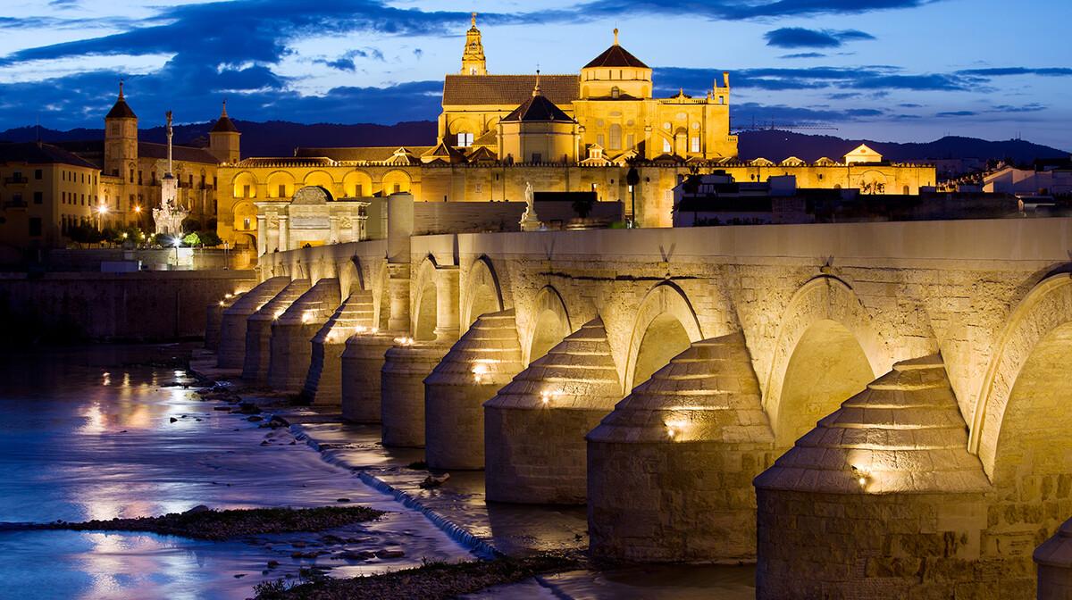 Osvjetljeni rimski most na ulazu u Cordobu, putovanje u Andaluziju