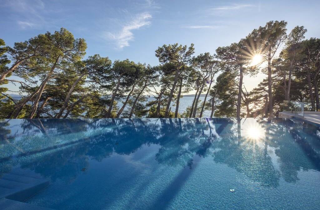 Vanjski bazen sa pogledom na more, Berulia beach, modno travel
