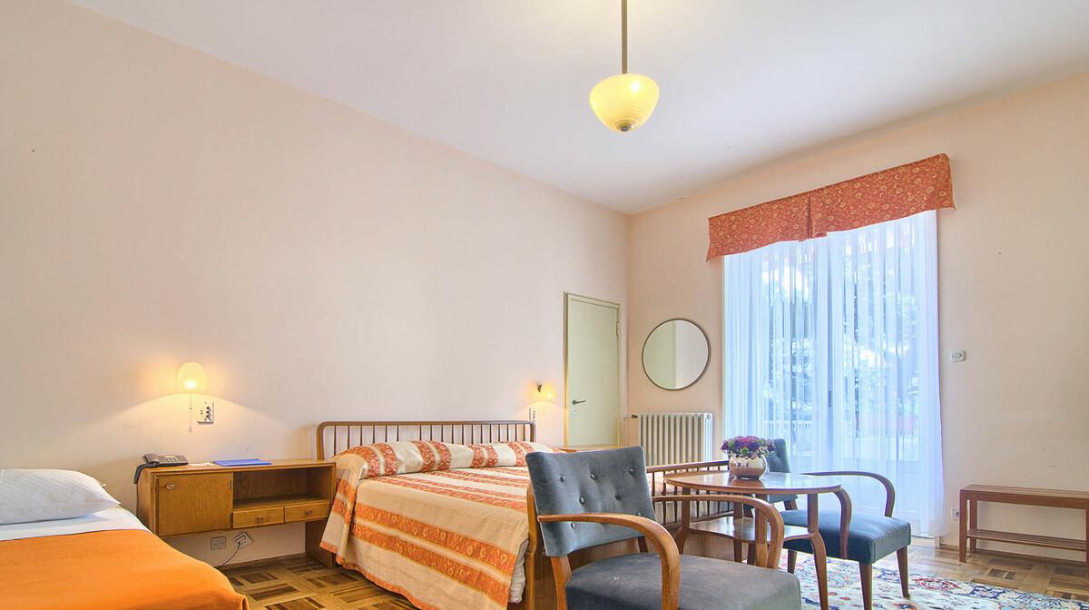 Trokrevetna soba u hotelu Karmen na Brijunima.