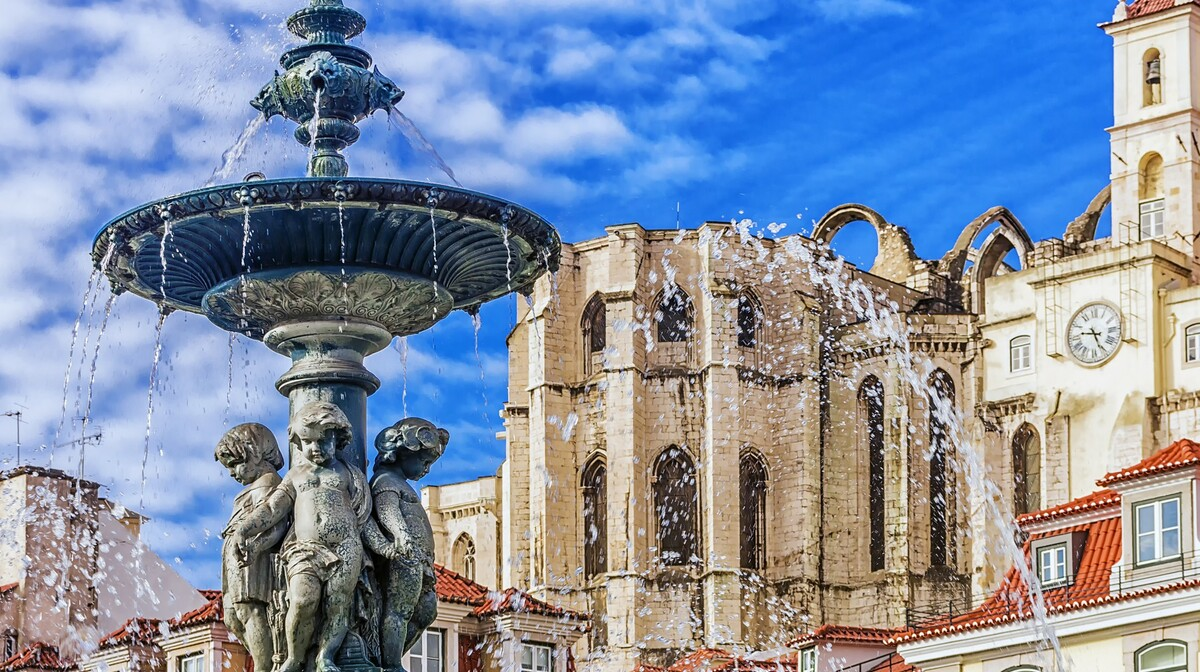 Fontana na trgu Chiado, Lisabon, putovanje u Portugal