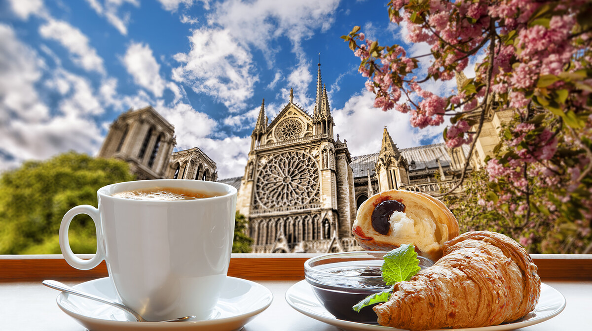 Kava i croassant ispred crkve Notre Dame na putovanju u Pariz
