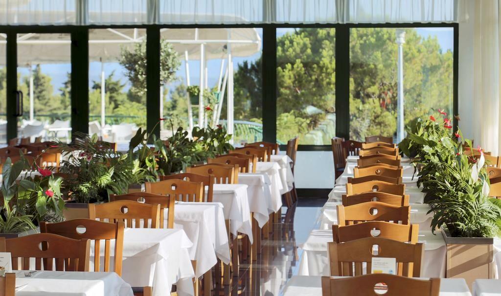 Otok Brač, Bol, Bluesun hotel Bonaca, unutarnji dio restorana
