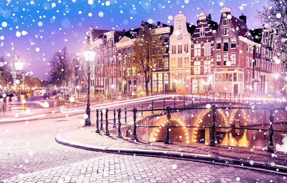 Amsterdamski kanali u predvečer dok snijeg pada, putovanje u Amsterdam