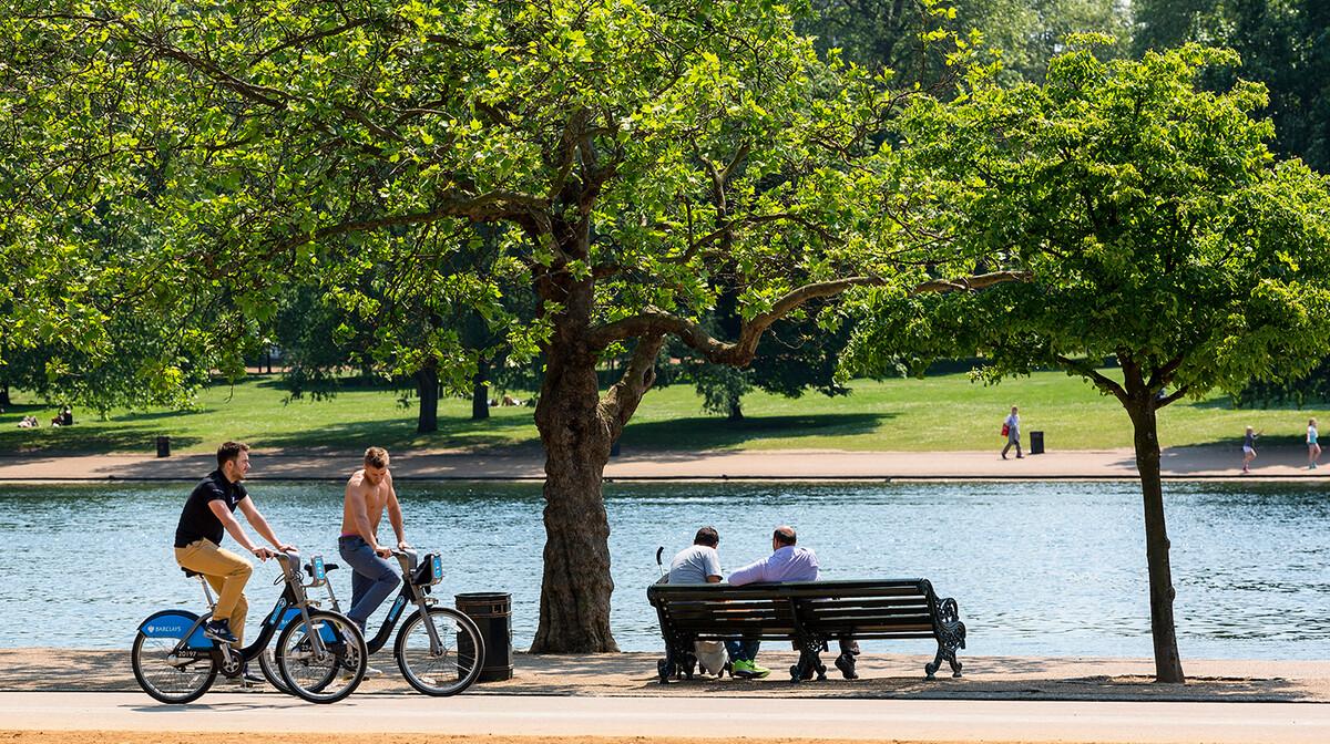 Opuštena atmosfera u Hyde parku, putovanje u London
