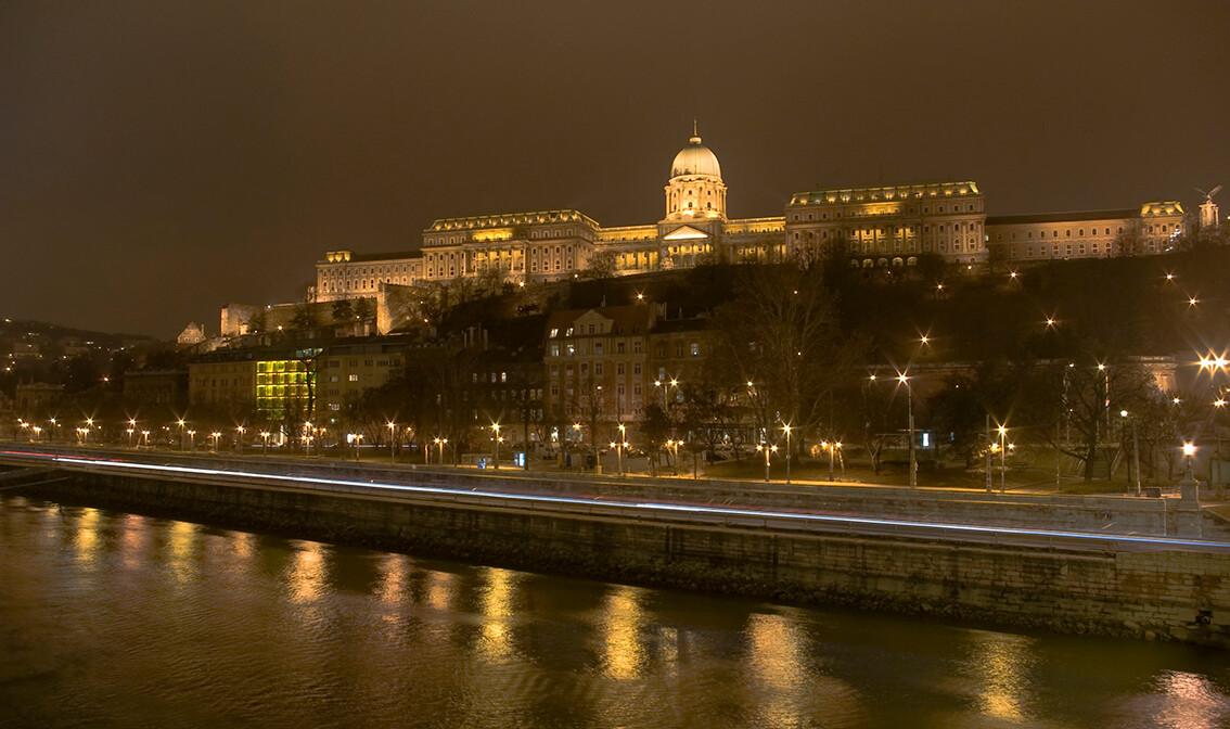 Pogled na osvjetljeni Budim sa Dunava, putovanje u Budimpeštu