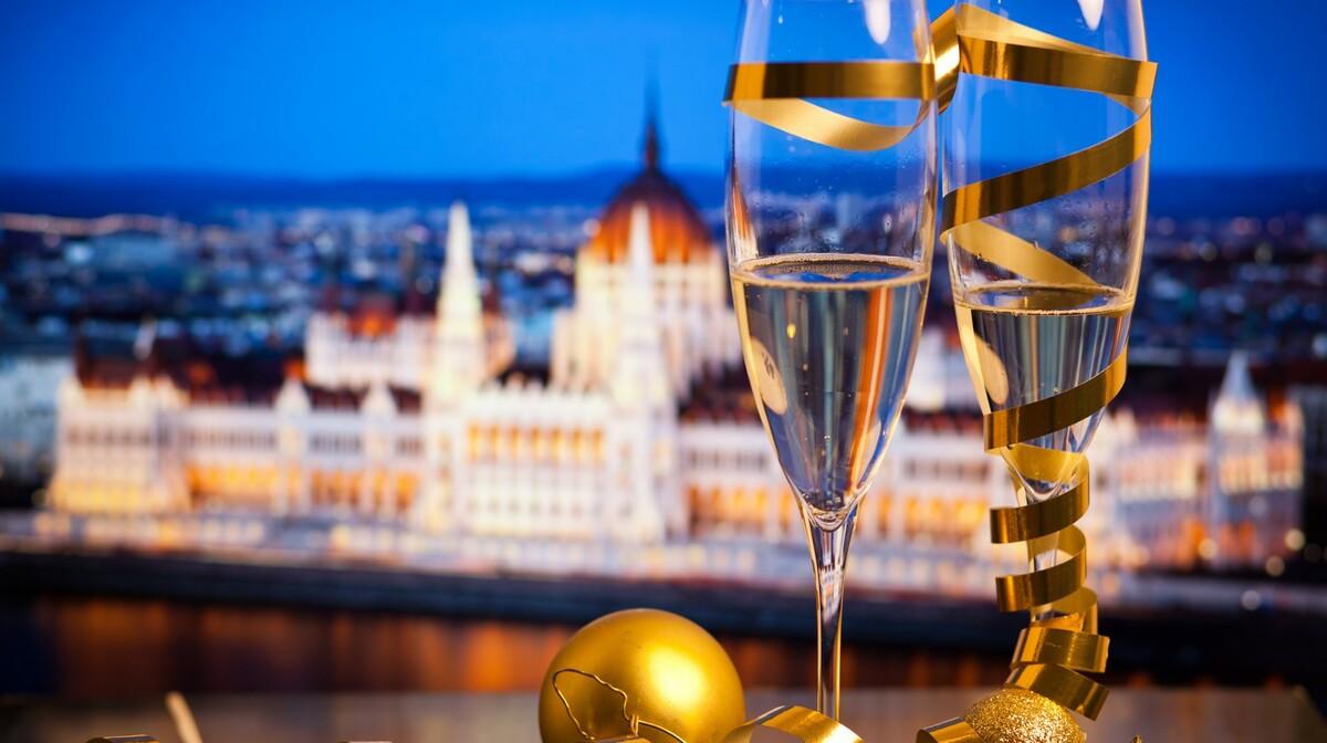 Čaše pjenušca za doček  Nove godine u Budimpešti, Mondo travel