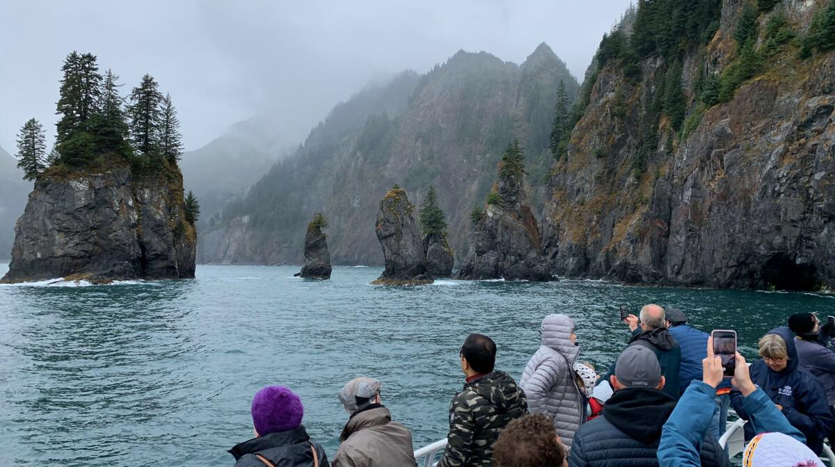 Ljudi slikaju stijene na Kenai fjordu
