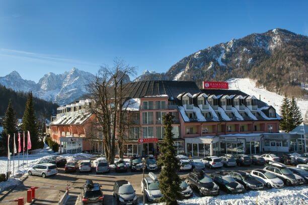 Skijanje Slovenija, Kranjska Gora, Ramada Hotel & Suites KG, parking ispred hotela u zimu