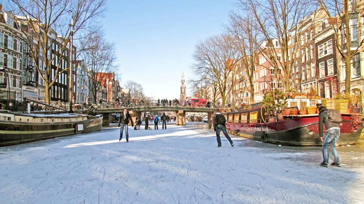 Klizanje na zamrnutom kanalu na putovanje u Amsterdam