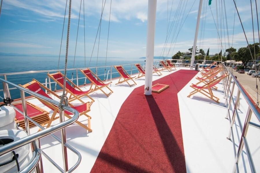 Opuštanje na ležaljama na brodu Morena, Katarina Line.