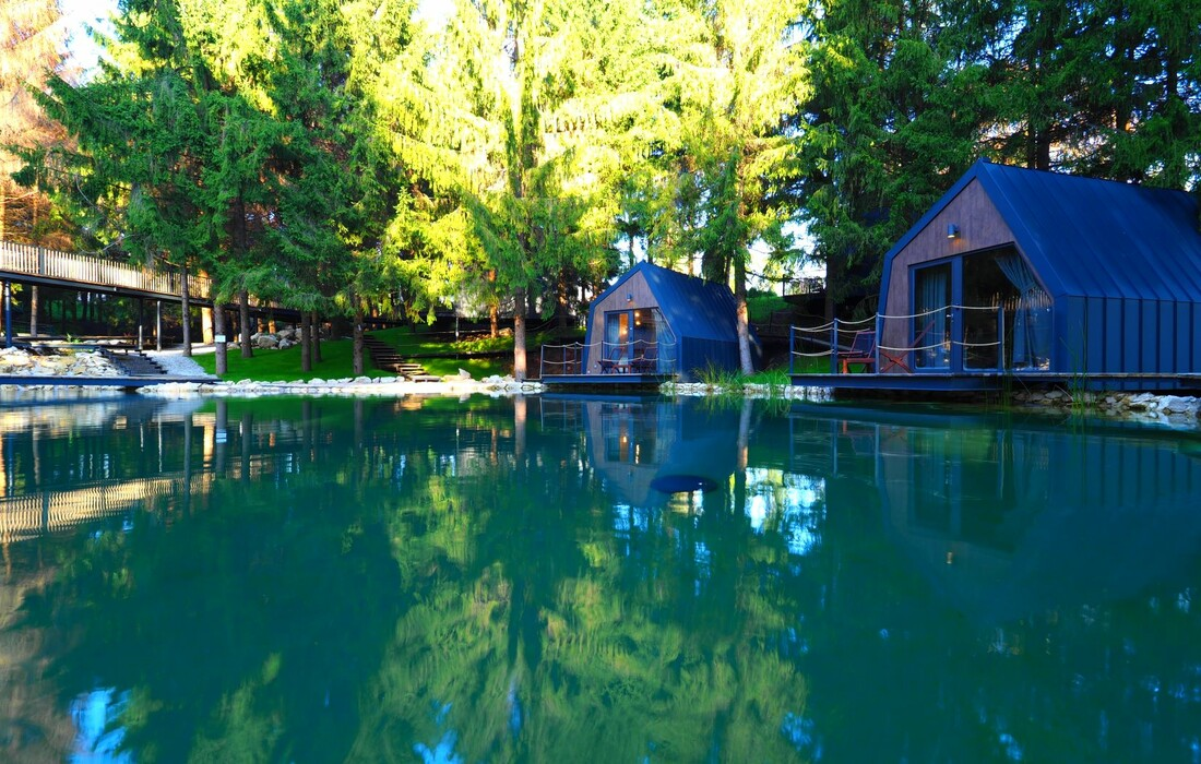 Jezero i kućice uz jezero