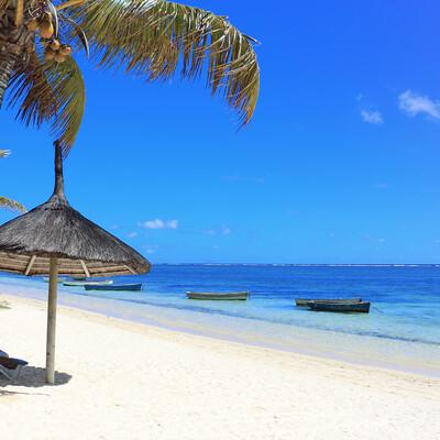 Mauricijus, tropska plaža sa palmom i suncobranom, daleko putovanje na Mauricijus